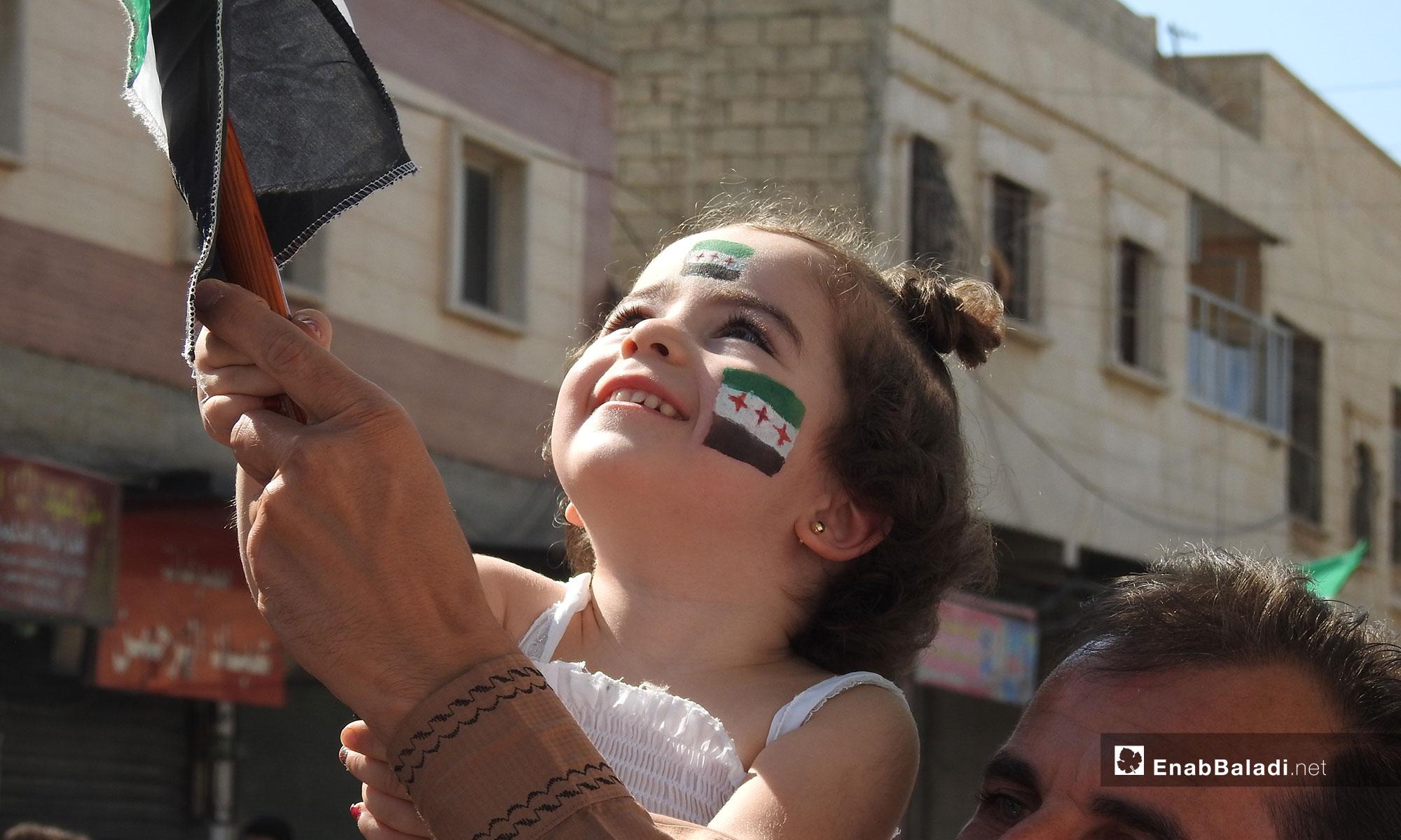 طفلة خلال مظاهرات في بلدة مارع بريف حلب طالبت بإسقاط النظام السوري- 5 تشرين الأول 2018 (عنب بلدي)