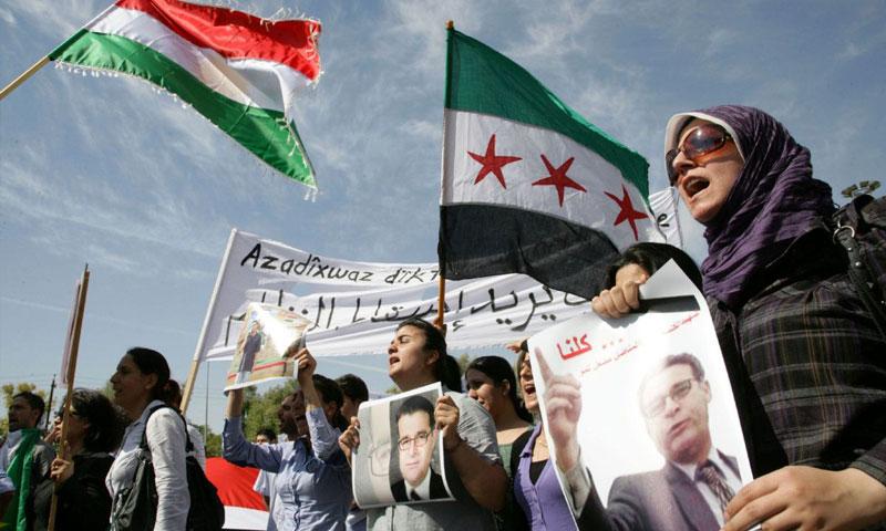 متظاهرون في تشييع المعارض الكردي مشعل تمو (AFP)