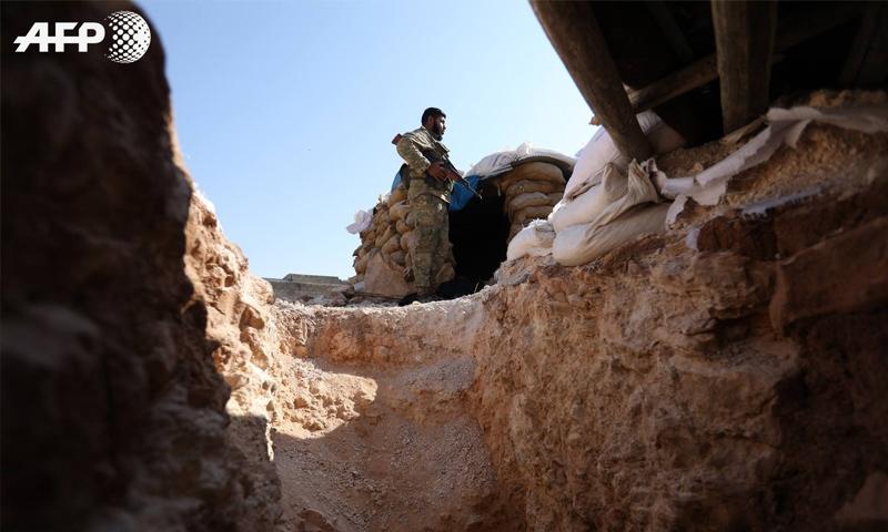 عنصر من الجبهة الوطنية للتحرير على خط التماس مع النظام السوري - أيلول 2018 (AFP عمر حاج قدور)