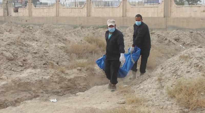 فرق الاستجابة الأولية في الرقة تعمل ىل انتشال الجثث من مقبرة البانوراما - (قسد)