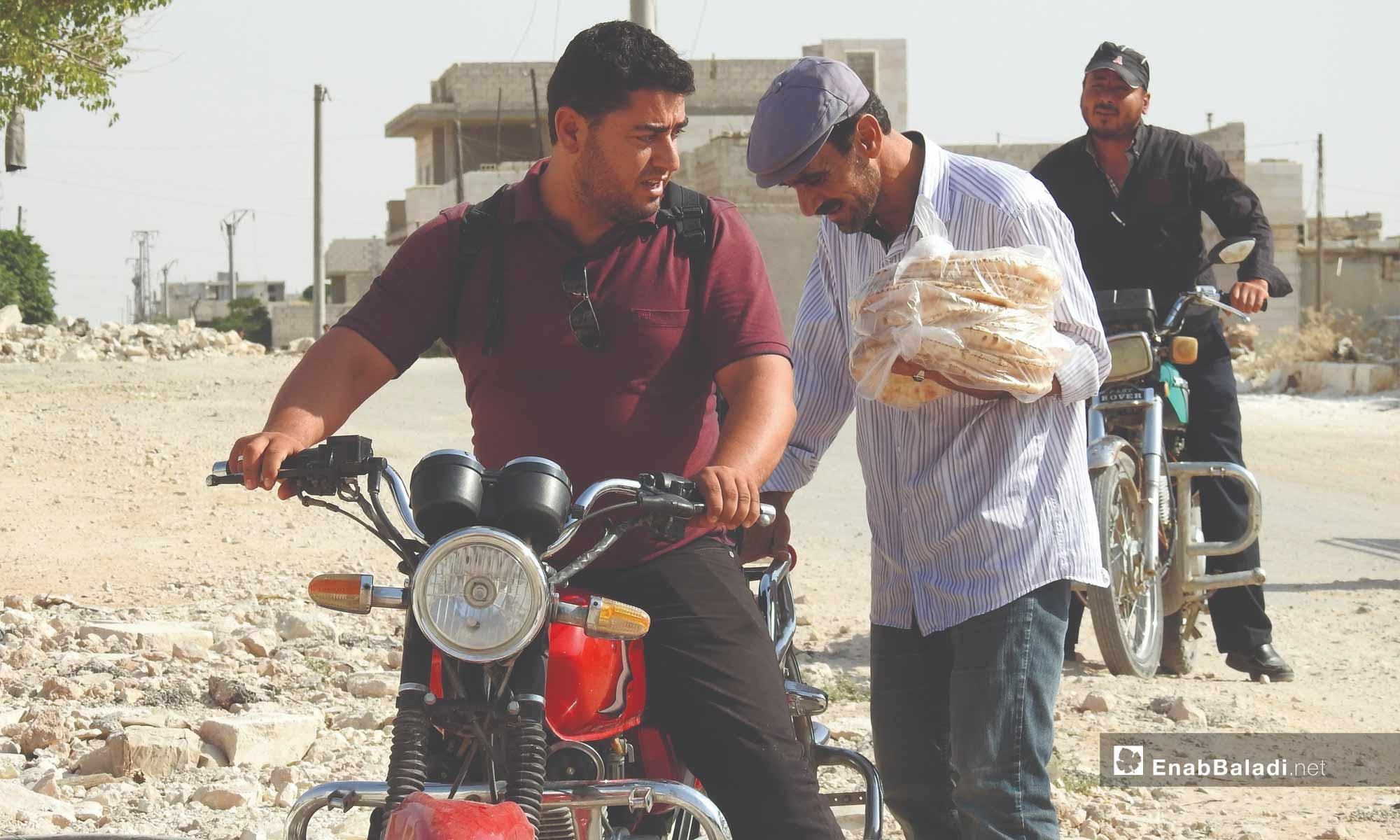 مواطنون يستفيدون من مخبز آلي في بزاعة بريف حلب - تموز 2017 (عنب بلدي)