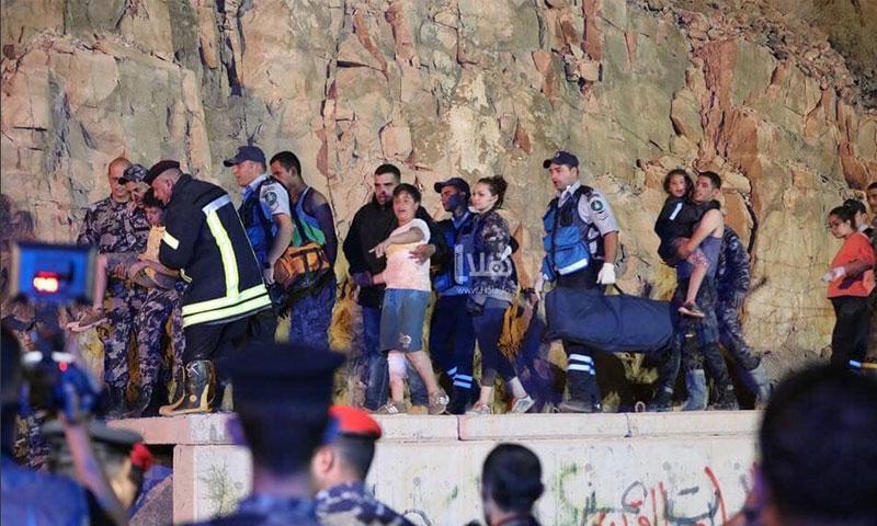 عمليا إنقاذ أطفال الحافلة المدرسية من سيول البحر الميت (تويتر)