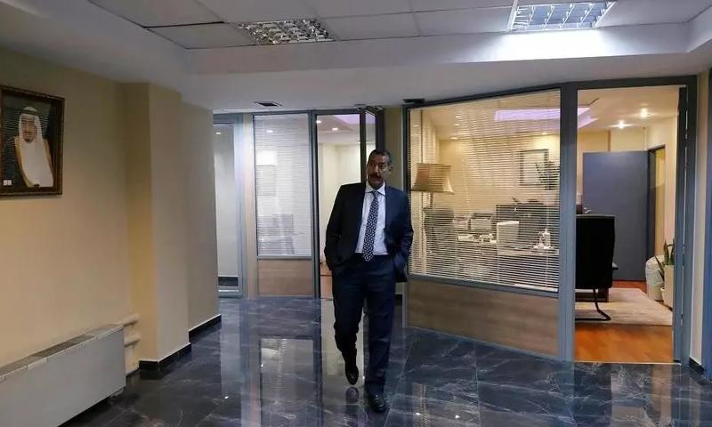 """القنصل السعودي العام يجري جولة مع مراسل """"رويترز"""" في القنصلية السعودية في مدينة اسطنبول - 6 تشرين الأول 2018 (رويترز)"""