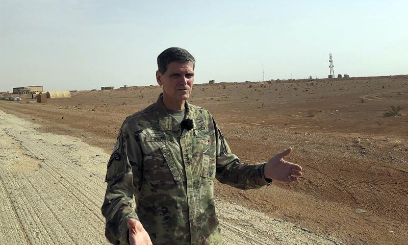 قائد القيادة المركزية الأمريكية جوزيف فوتيل في أثناء زيارته لقاعدة التنف - 22 من تشرين الأول 2018 (AP)