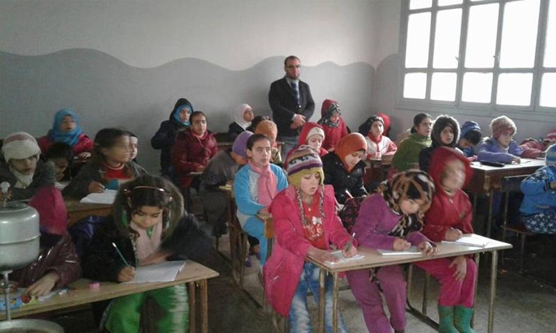 طلاب في مدرسة شهداء كفردريان بريف إدلب - (فيس بوك)