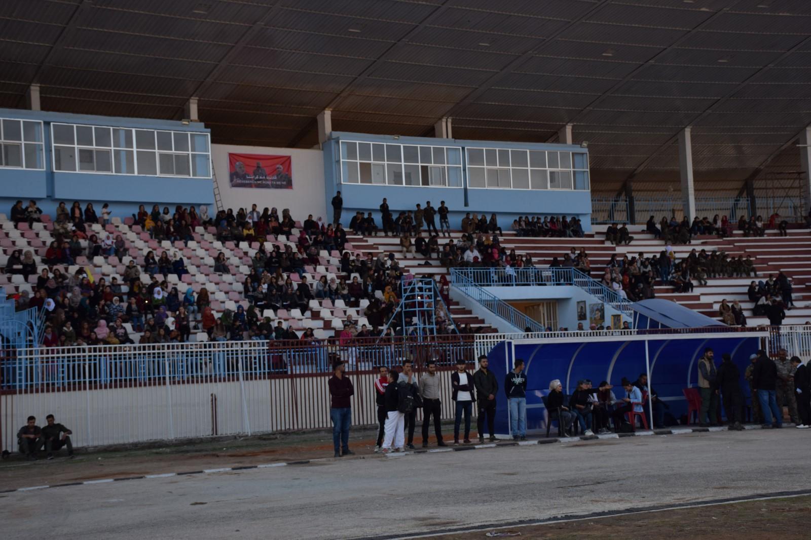 رفع صور قادة حزب العمال الكردستاني في ملعب الحسكة- 12 من تشرين الثاني 2018 (هاوار)