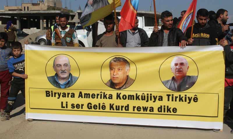 رفع صور قادة حزب العمال الكردستاني في الجوادية بمنطقة المالكية في محافظة الحسكة- 11 من تشرين الثاني 2018 (حزب الاتحاد الديمقراطي)