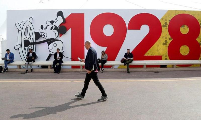 معرض بمناسبة العيد التسعين لميكي ماوس (رويترز)