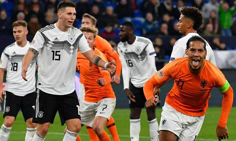 احتفالية المدافع الهولندي فيرجل فان دايك بعد تسجيله هدف التعادل في شباك المنتخب الألماني- 19 من تشرين الثاني 2018 (رويترز)