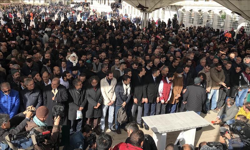 صلاة الغائب على جمال خاشقجي في مسجد الفاتح باسطنبول (الأناضول)
