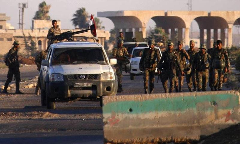 مقاتلون في قوات الأسد في معبر نصيب الحدودي - 6 تموز 2018 (AFP)
