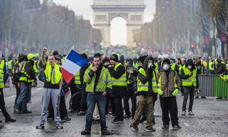 """تظاهرت لحركة """"السترات الصفراء"""" قرب قوس النصر على جادة الشانزيليزيه في باريس - 24 تشرين الثاني 2018 (AFP)"""