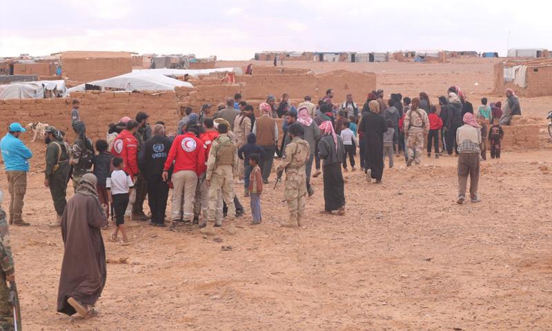 الهلال الأحمر السوري في أثناء توزيع المساعدات في مخيم الركبان - تشرين الثاني 2018 (مغاوير الثورة)