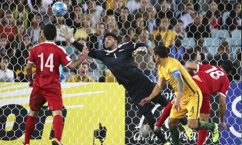 المهاجم الأسترالي تيم كاهيل خلال تسجيله هدف التأهل في شباك المنتخب السوري في تصفيات كأس العالم-تشرين الأول 2017 (AP)