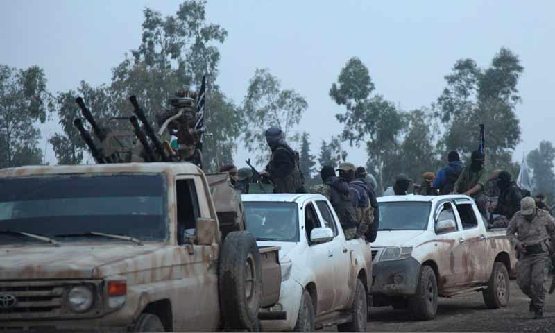 عناصر تحرير الشام أثناء القبض على عناصر متهمين بالانتماء لتنظيم الدولة في تلمنس شرقي إدلب 10 تشرين الأول 2018 (إباء)