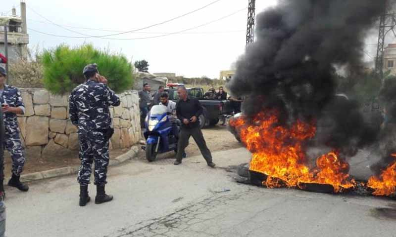 مواطنون لبنانيون يقطعون الطرقات في الزهرابي بلنيان احتجاجا على منافسة اليد العاملة السورية 14 تشرين الثاني 2018 (الوكالة الوطنية اللبنانية)