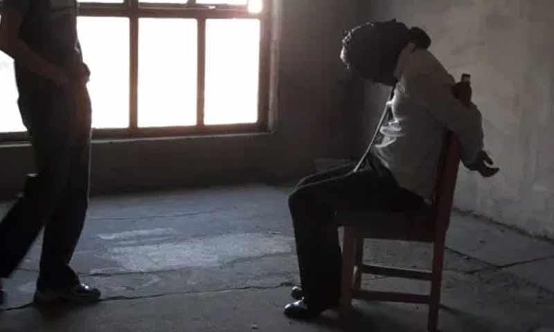 خاطفون يحتجزون رهينة - صورة تعبيرية (فيس بوك)