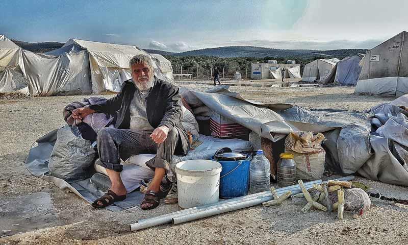 نازح في مخيم دير بلوط شمالي حلب، غرقت خيمته بسبب المطر والسيول تشرين الثاني 2018 (المصور رامي السيد)