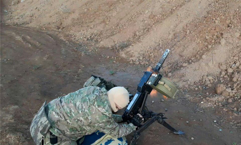 مقاتل من غرفة عمليات وحرض المؤمنين في أثناء استهداف مواقع قوات الأسد في ريف حلب - (يوتيوب)