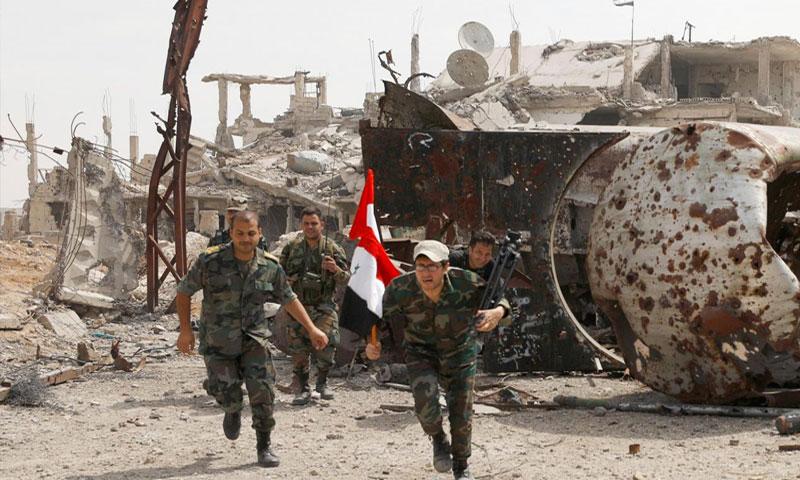 عناصر من قوات الأسد في مخيم اليرموك جنوبي دمشق - 29 نيسان 2018 (رويترز)