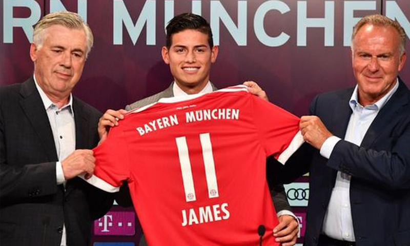 اللاعب خميس رودريغيز في انتقاله على سبيل الإعارة من ريال مدريد إلى نادي بايرن ميونخ الألماني (بايرن تويتر)