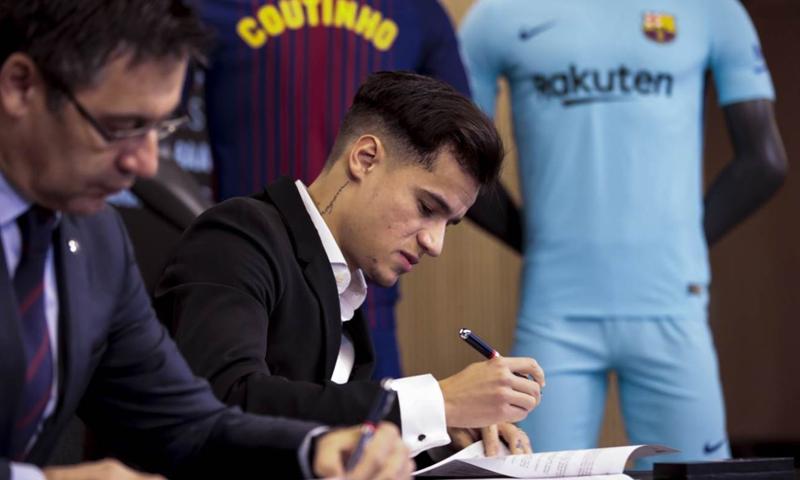 اللاعب البرازيلي فيليبي كوتينيو يوقع عقده مع نادي برشلونة- كانون الثاني 2017 (FCB)
