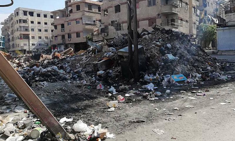 أكوام القمامة في مدينة عين ترما بالغوطة الشرقية (بتوقيت دمشق)
