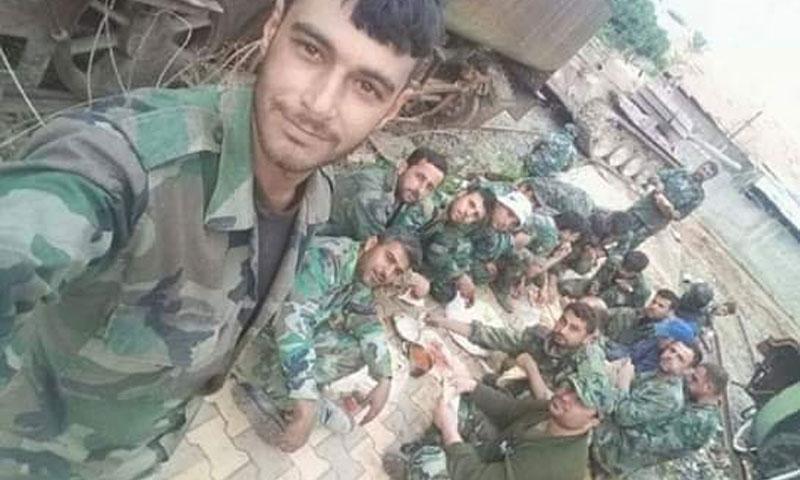 عناصر من قوات الأسد يتناولون الطعام (فيس بوك القيادة العامة للجيش والقوات المسلحة)
