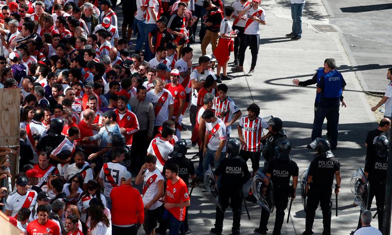 حاجز للشرطة الأرجنتينية لمنع اقتراب جماهير ريفربلايت من حافلة فريق بوكاجونيرز- 24 من تشرين الثاني 2018 (رويترز)