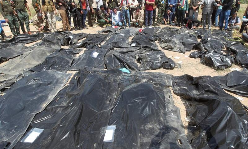 جثث في مقبرة جماعية بمدينة تكريت العراقية (AFP)