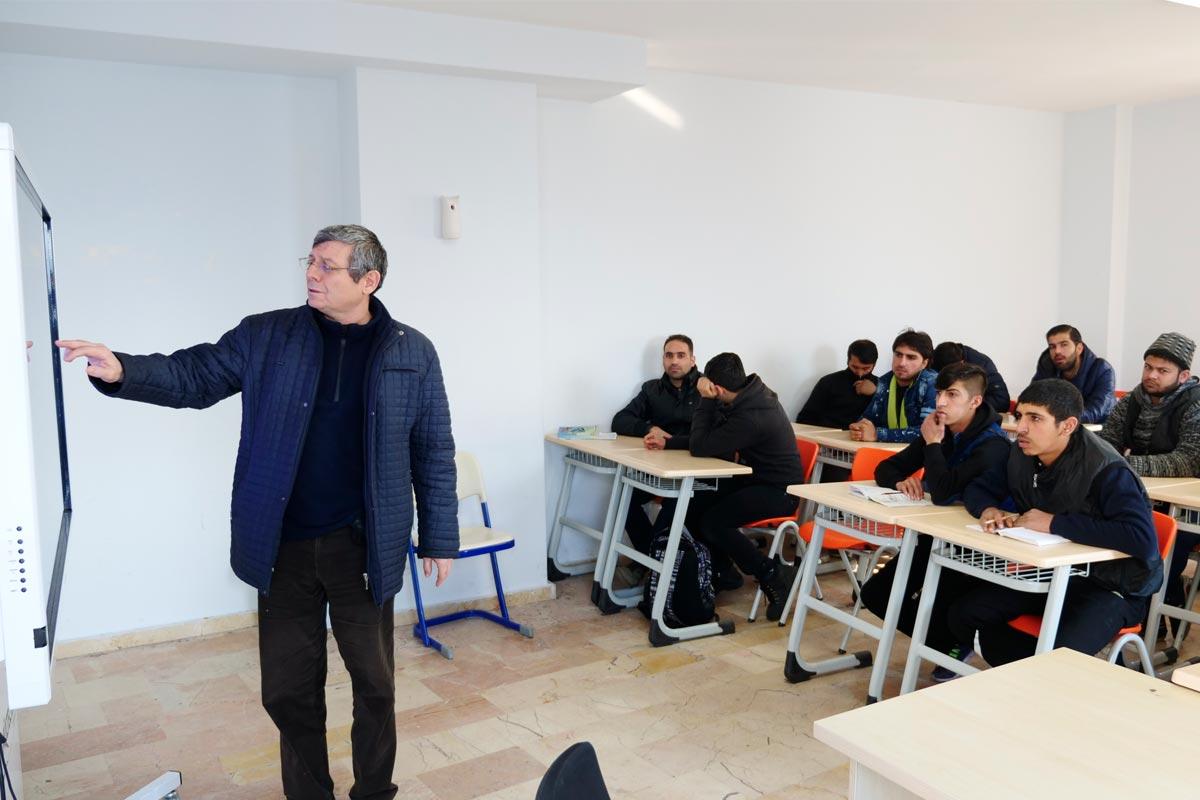 """دورة تدريبية للاجئين على الإنشاءات تقيمهاجمعية """"اللاجئين للسوريين والأتراك"""" - تشرين الثاني 2018 (موقع الجمعية)"""