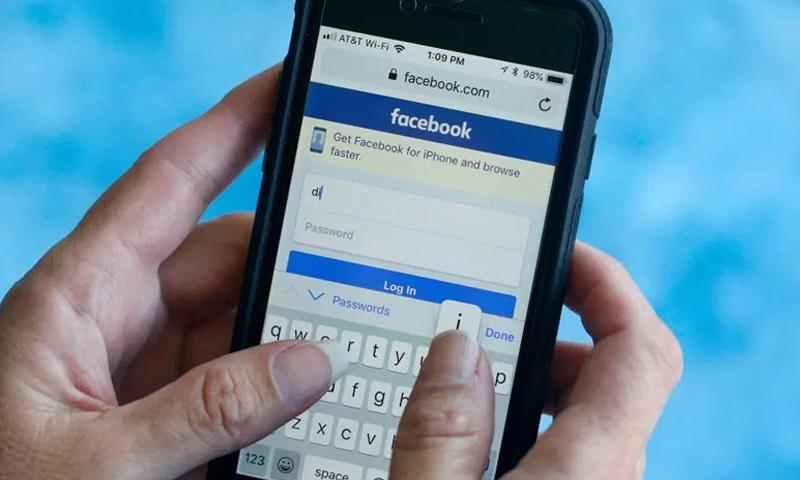 """""""فيس بوك"""" تعتزم إطلاق ميزة حذف الرسائل من """"مسنجر"""" (AP)"""