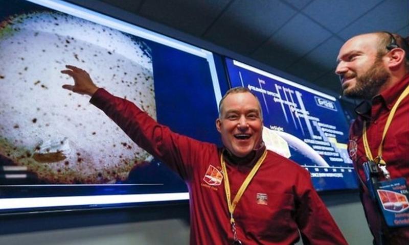 """أول صورة للمسبار """"إنسايت"""" من على سطح المريخ بعد دقائق من وصوله (NASA)"""