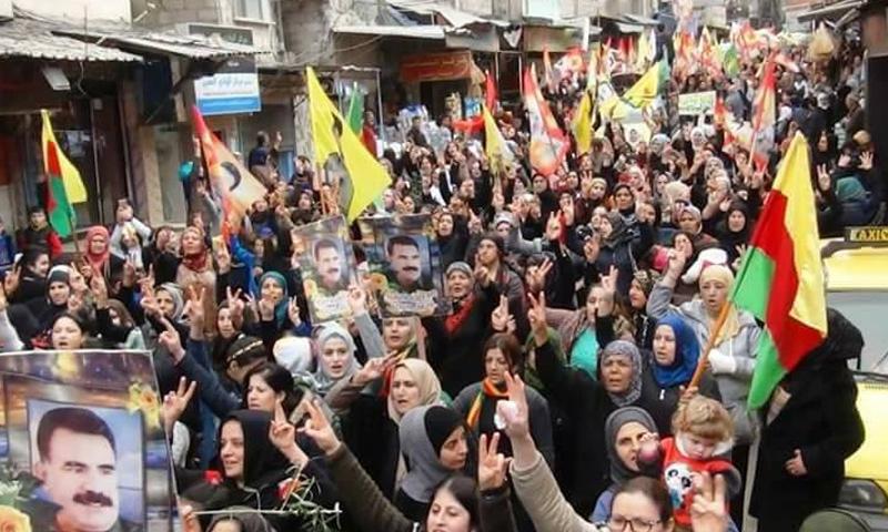 مسيرة مؤيدة لمؤسس حزب العمال الكردستاني أوجلان في وادي المشاريع بدمشق - (قامشلو / فيس بوك)