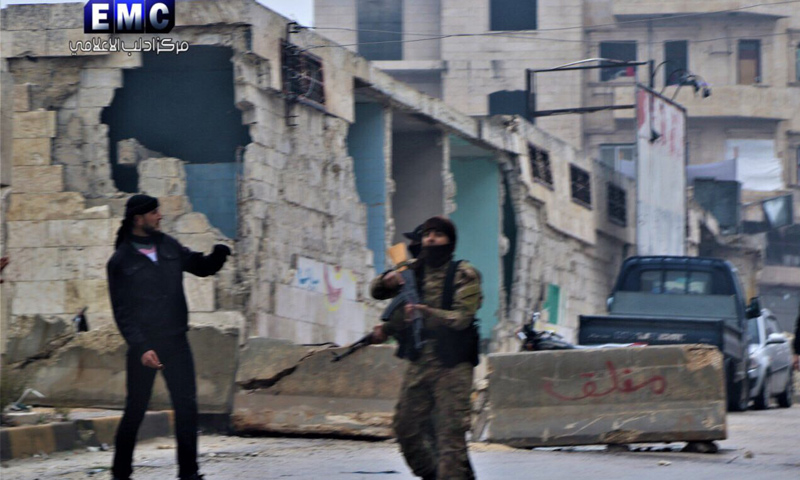 عنصر من القوة الأمنية التابعة لحكومة الإنقاذ يطلق الرصاص على مظاهرة لمدنيين في إدلب - 24 من تشرين الثاني 2018 (مركز إدلب الإعلامي)