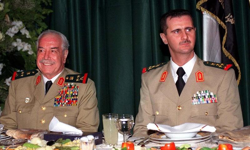 رئيس النظام السوري بشار الأسد وإلى جانبه مصطفى طلاس (أرشيفية)