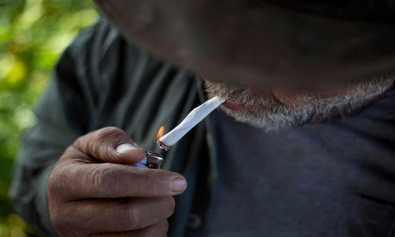 راعي بقر يدخن سيجارة بعد جمع 650 رأس من الماشية في مرتفعات الجولان التي تحتلها إسرائيل - (AP)