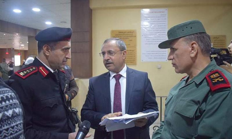 الوزير محمد الشعار في زيارته لفرع الهجرة والجوازات (فيس بوك وزارة الداخلية)