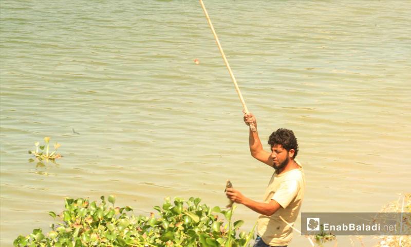 صنارة صيد بدائية وشبكة بسيطة يستخدمها صيادو السمك في ريف حماة الشمالي- (عنب بلدي)