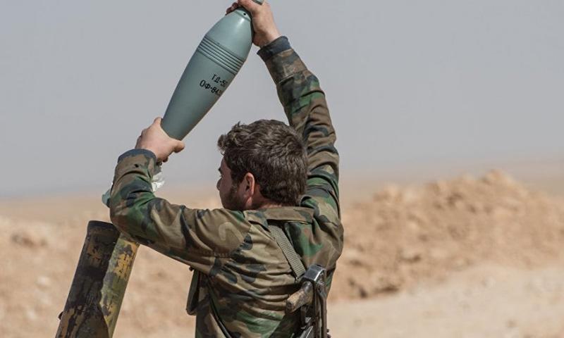 عنصر من قوات الأسد يقصف بالهاون محيط ريف حماة - (ٍسبوتنيك)