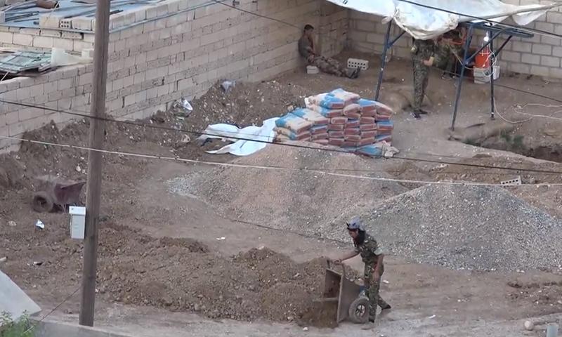 """مقاتلين من """"YPG/ قسد"""" أنثاء حفرهم أحد الأنفاق في عامود بمحافظة الحسكة- حزيران 2018 ( HR Monitor)"""