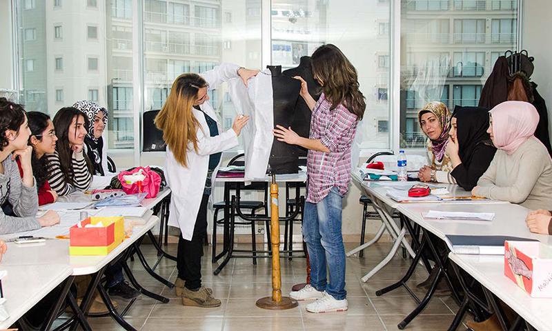 دورة تصميم الملابس في مركز İsmek ايسينيورت