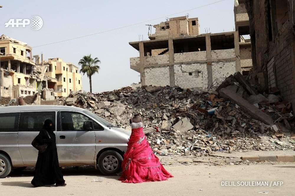 ثوب زفاف بين ركام القصف في مدينة الرقة شمال شرقي سوريا (AFP)