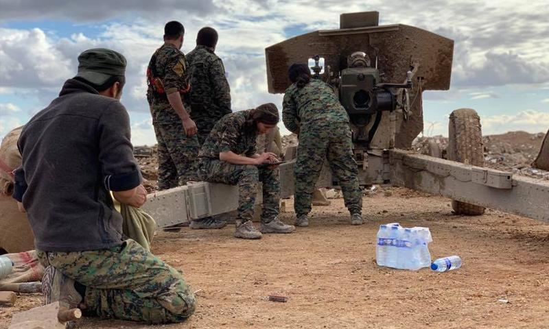 مقاتلون من وحدات حماية الشعب الكردية في أثناء العمليات العسكرية في جيب هجين - كانون الأول 2018 (الصحفي Mohammed Hassan / فيس بوك)