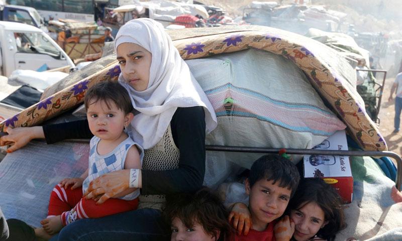 لاجئون سوريون يستعدون للعودة إلى سوريا من بلدة عرسال الحدودية اللبنانية - 28 حزيران 2018 (رويترز)