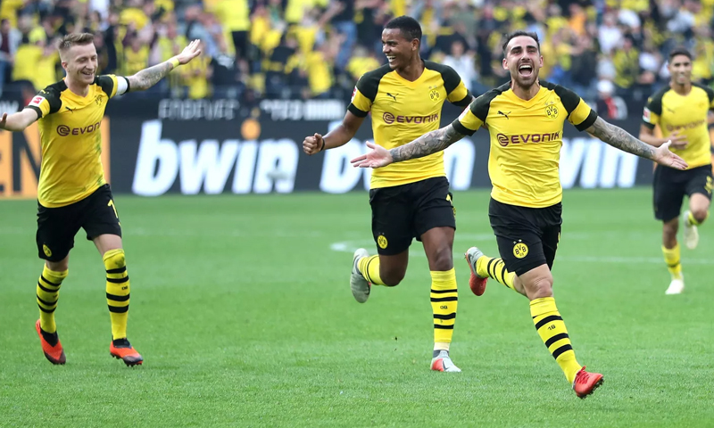 لاعبي نادي بروسيا دورتموند يحتفلون في تسجيل هدف لصالح فريقهم بالدوري الألماني (EPA)