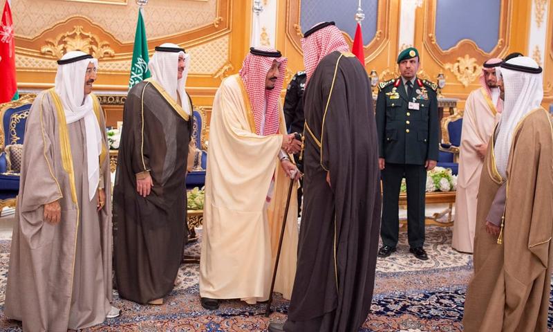الملك السعودي سلمان بن عبد العزيز في استقبال الوفود المشاركة في قمة دول مجلس التعاون الخليجي- 9 من كانون الأول 2018 (وزارة الخارجية السعودية)