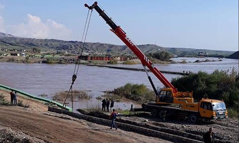 عملية إخراج الزورق الذي غرق في نهر دجلة على الحدود السورية-العراقية-2 من كانون الثاني 2018 (سيمالكا)