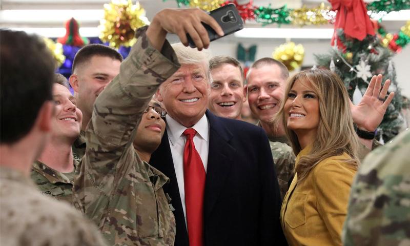 الرئيس الأمريكي دونالد ترامب وزوجته ميلانيا في زيارة للجنود الأمريكيين بالعراق- 26 كانون الأول 2018 (رويترز)