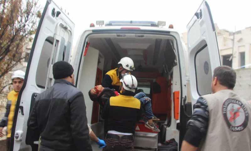 اسعاف طفل أصيب بقصف من قوات الأسد على جرجناز جنوبي إدلب 29 تشرين الثاني 2018 (الدفاع المدتي السوري)